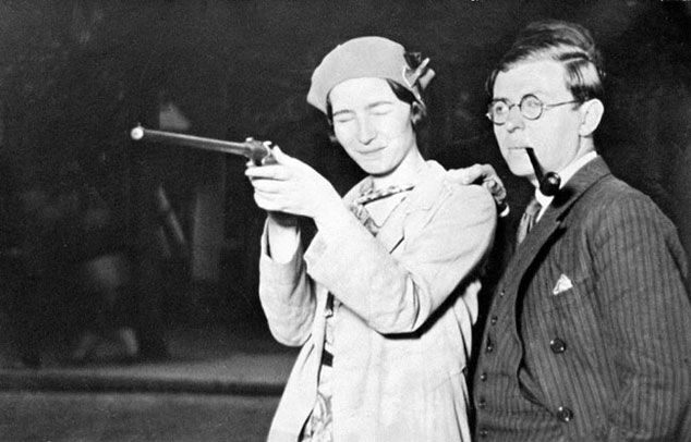Simone de Beauvoir con un rifle